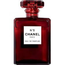 Nesta época do ano, o icônico Chanel N°5 lança edição limitada em tons de  vermelho, é a primeira vez na história da marca francesa que o frasco do  N°5 ... 3009db993b